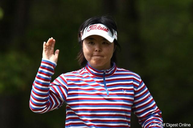2011年 サイバーエージェントレディスゴルフトーナメント 2日目 不動裕理 連覇を目指す申智愛と並び、出場2試合連続優勝に向け首位タイに浮上した不動裕理