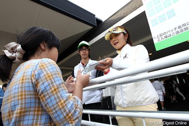 2011年 サイバーエージェントレディスゴルフトーナメント 2日目 藤田幸希 ホールアウト後に笑顔でギャラリーにサインする幸希ちゃん