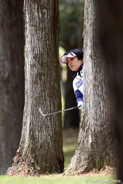 2011年 サイバーエージェントレディスゴルフトーナメント 2日目 茂木宏美 6番ティショットを左の林に入れ出すだけに、結果はボギー