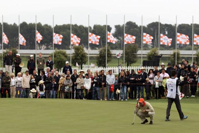 2011年 スペインオープン 3日目 ホセマリア・オラサバル 半旗が掲げられた会場でホセマリア・オラサバルなどは悲しみをこらえプレーした(Ross Kinnaird/Getty Images)