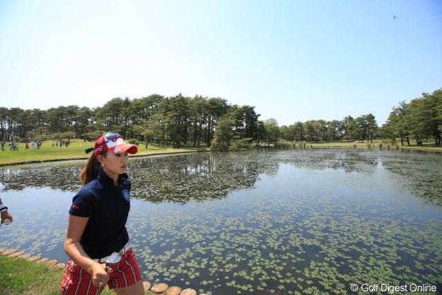 桃ちゃん、よそ見してると池に落ちちゃうよ。