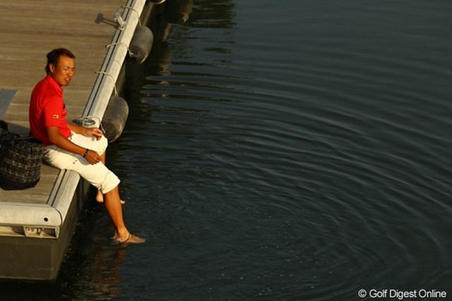 駐車場行きの船を待つ間、川で足を洗ってます。気持ち良さそうです。残念ながら予選落ちでした