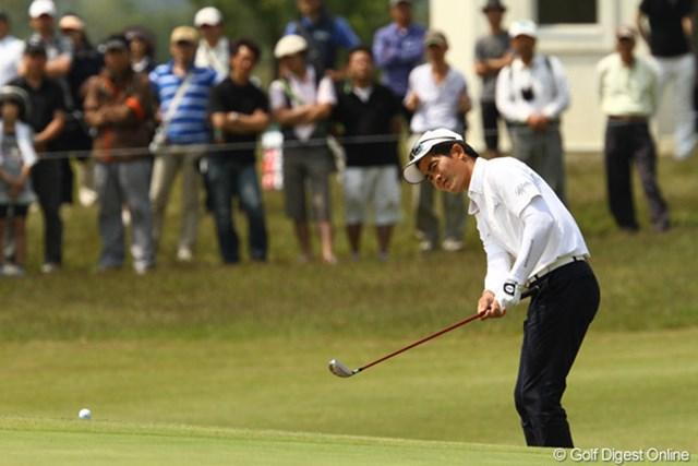 フェアウェイウッドでアプローチ。風のゴルフを知っている・・・そんなプレーぶりです。首位と3打差2位タイです
