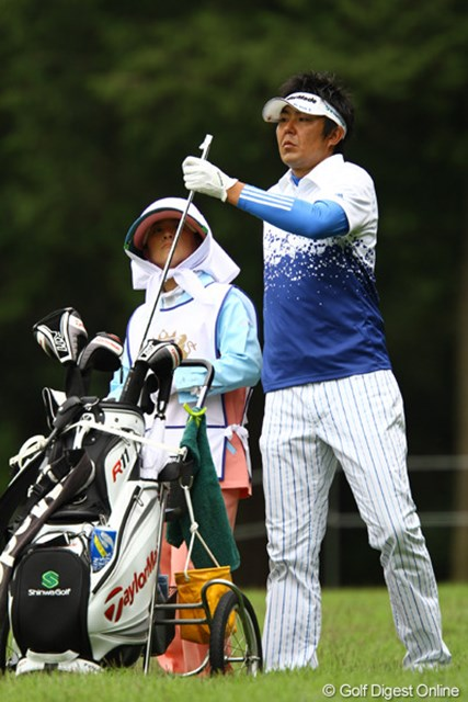2月にクラブの盗難被害にあった富田雅哉が首位に1打差と好スタート