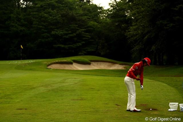 2011年 ダイヤモンドカップゴルフ 初日 石川遼 スタート前にアプローチ練習場で調整中です。