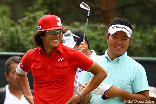 2011年 ダイヤモンドカップゴルフ 初日 薗田峻輔、石川遼 2人共ジュニアの頃からゆかりがある千葉CC梅郷。思い出話しにも花が咲いたようです。
