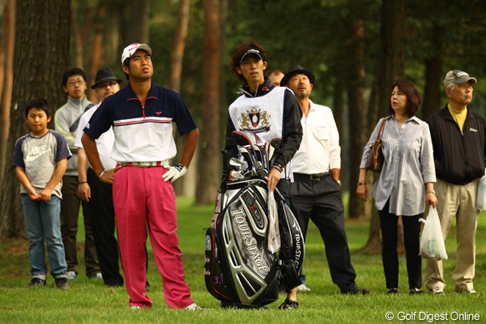 エースキャディがケガで不在。急遽、東北福祉大学後輩の安本大祐プロとタッグを組むことに。 2011年 ダイヤモンドカップゴルフ 初日 池田勇太