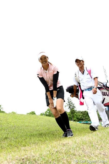 「確かにカメラ位置低いですが、スカートの中は狙っていませんよ」笑) 2011年 ヨネックスレディスゴルフトーナメント 初日 甲田良美
