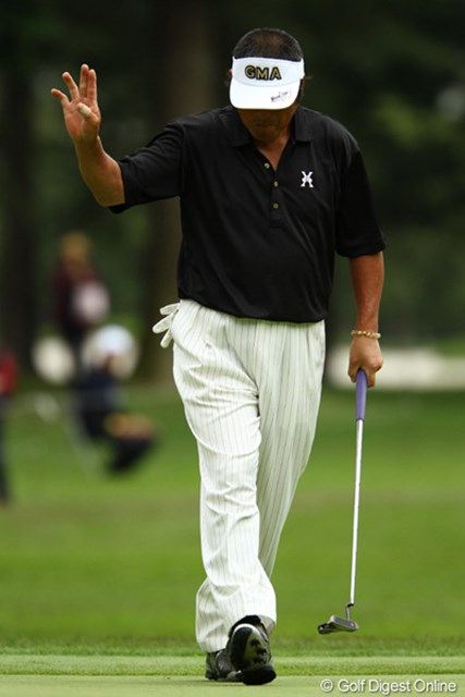 2011年 ダイヤモンドカップゴルフ 2日目 尾崎将司 最終9番ホールでバーディを奪い、ギャラリーの声援に応えます。久々に「コブラポーズ」見たいのは私だけでしょうか・・・
