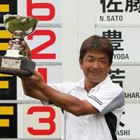 久々の優勝は、次週の国内メジャー「日本ゴルフツアー選手権」の出場権も獲得する大きな一勝となった(提供:JGTO) 2011年 富士カントリー可児クラブチャレンジカップ 最終日 白潟英純