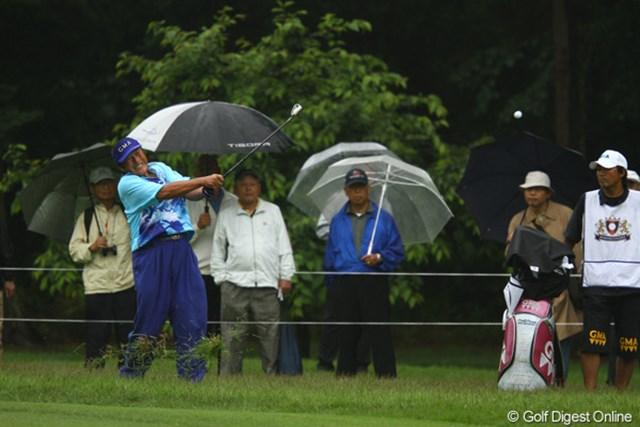 雨で湿った重いラフは、選手達にとって厳しかったようです。ジャンボさんもかなり歯を食い縛って打ちましたが脱出できませんでした。