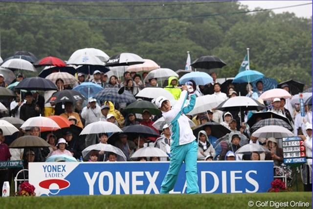 選手はカッパ、ギャラリーは傘、傘、傘・・・