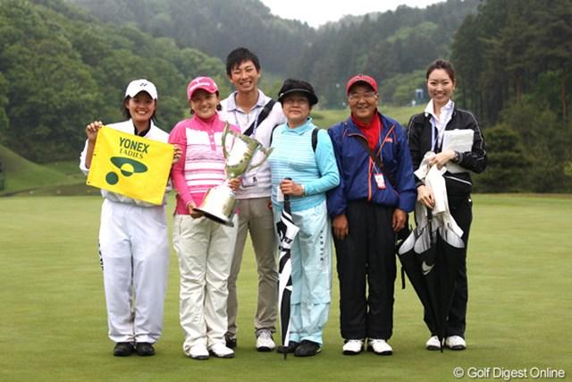家族らと共に記念写真に収まる茂木宏美。左に立つのが昨年10月に入籍した窪田大輔さん