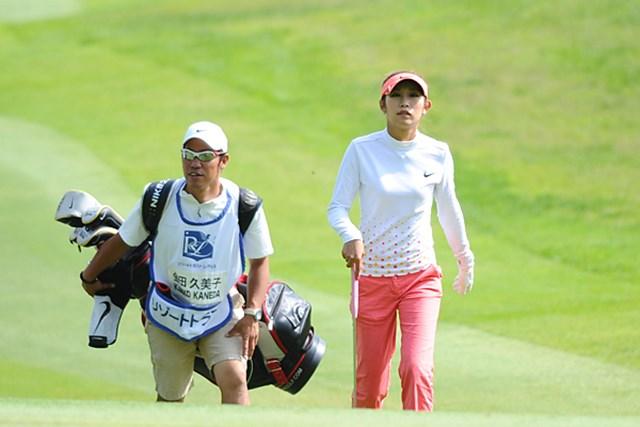 2011年 リゾートトラストレディス 初日 金田久美子&キャディ 去年は韓国選手中心で、後半お嬢・アヤタを担いでたような・・・。このコンビは初めて見ました。