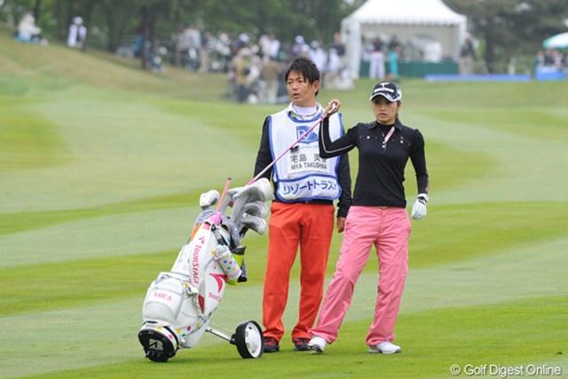 2011年 リゾートトラストレディス 初日 宅島美香&キャディ 美香ちゃんのコーチでもあります。プロゴルファーです。いつもコロコロの付いたカートを使ってはります。19位T