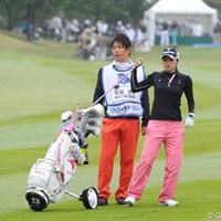美香ちゃんのコーチでもあります。プロゴルファーです。いつもコロコロの付いたカートを使ってはります。19位T 2011年 リゾートトラストレディス 初日 宅島美香&キャディ