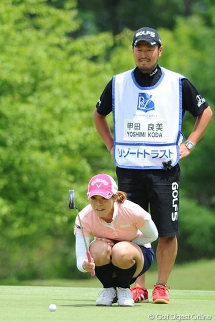 2011年 リゾートトラストレディス 初日 甲田良美&キャディ 選手の後ろで仁王立ち!?若林マイコーとのコンビが多かったと思うけど、この日は甲田さん。94位T