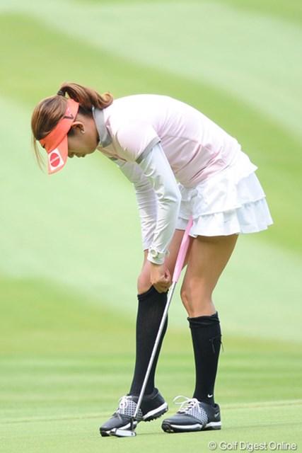 2011年 リゾートトラストレディス 最終日 金田久美子 グリーン上でストッキングを直すキンクミ。彼女ならではでしょ!?42位T