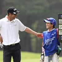 キャリングボードを持つボランティアの小学生に「ご苦労様、重くない?」と、たぶん言ってました。 2011年 日本ゴルフツアー選手権 Citibank Cup Shishido Hills 最終日 ポール・シーハン