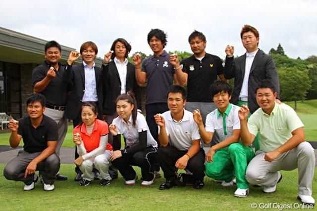 2011年 ホットニュース 矢野東 ほか プロアマ戦に出場した矢野東をはじめとするゴルファーの面々はホワイトマーカーを手に笑顔