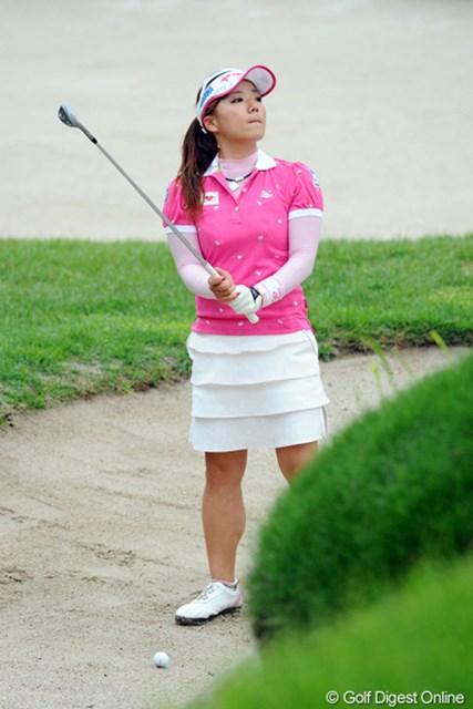 2011年 サントリーレディスオープンゴルフトーナメント 最終日 有村智恵 最終18番、このバンカーからの3打目がグリーン奥のカラーまで達して万事休す