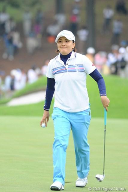 2011年 サントリーレディスオープンゴルフトーナメント 最終日 茂木宏美 バーディ奪取で珍しくご満悦の笑顔を見せる茂木ちゃん。でも、残念ながら出入りの激しいゴルフでスコアを伸ばせず。4位T