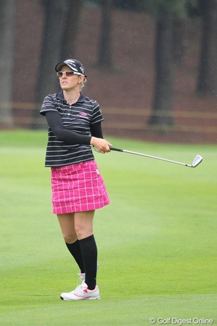 2011年 サントリーレディスオープンゴルフトーナメント 最終日 ニッキー・キャンベル 曇天&雨天の中でグラサンのニッキー。脅威のグラサン効果(?)で、6バーディを奪って4位タイに入選!