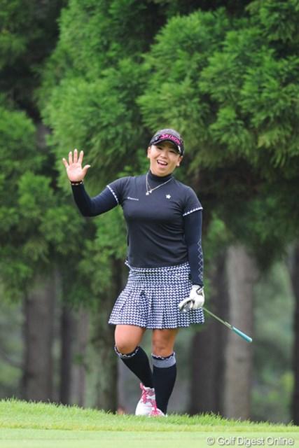 2011年 サントリーレディスオープンゴルフトーナメント 最終日 吉田弓美子 3打目をえらいとこに打ち込んで、4打目がラフ、そこからチップインのパーと、朝から大暴れ!それで精根尽き果てたのか、75を叩いて失速・・・。34位T