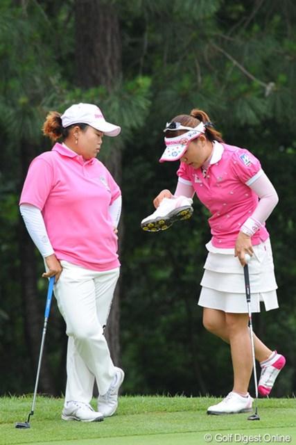 2011年 サントリーレディスオープンゴルフトーナメント 最終日 アン・ソンジュ、有村智恵 最終日の優勝争いの最中に何やってんねやろネ?水虫談義にでも花が咲いてんのやろか?そんなアホな・・・。