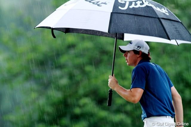 マキロイがホールアウトする夕方、ついに雨が強く降り出した。でも、プレーの中断はなし。明日は夕方雷雨の予報