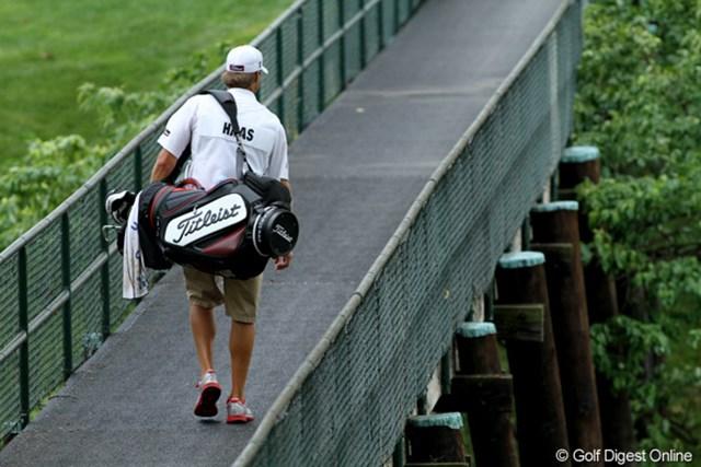 9番グリーンの手前にかかる選手用のブリッジ。高所恐怖症の人は下を歩いても大丈夫です