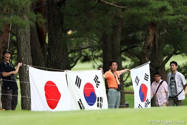 韓国と日本の国旗を持って応援、日の丸は東北の被災者を応援?