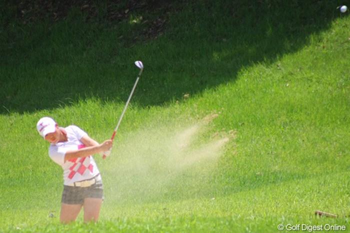 放ったバンカーショットはピン1.5mにつけるナイスショットでパーをセーブ 2011年 日本女子アマチュアゴルフ選手権競技 4日目 佐伯珠音