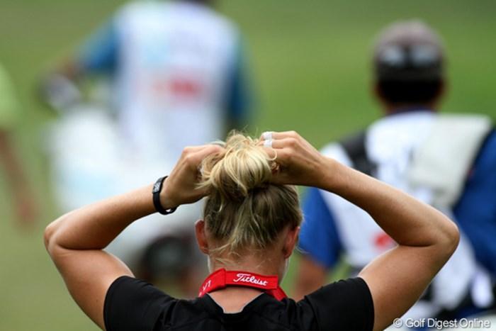 ヘアスタイルが崩れるとゴルフにも影響が出る?結び直して気を引き締める 2011年 ウェグマンズLPGAチャンピオンシップ 2日目 ライアン・オトゥール