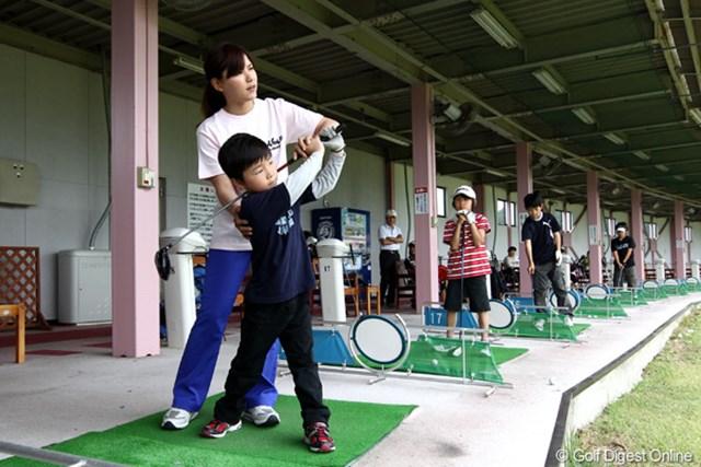 東日本大震災のチャリティイベントで、ジュニアたちにレッスンを行う横峯さくら