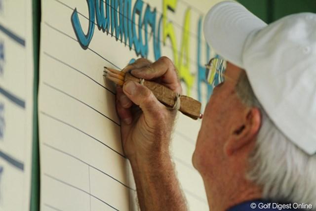手書きのスコアボードに数字を書き入れる。最初は3本セットの鉛筆で下書きする