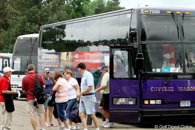 2011年 ウェグマンズLPGAチャンピオンシップ 最終日 ギャラリーバス 大きなバスが近くの駐車場からギャラリーたちを運んでくる