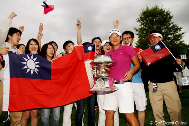 表彰式の後、台湾人のファンイ囲まれて記念撮影に収まるヤニ