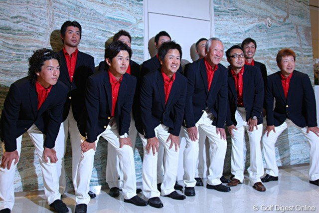 前夜祭に臨んだ日本代表チーム。青木功キャプテンを中心に連覇を狙う
