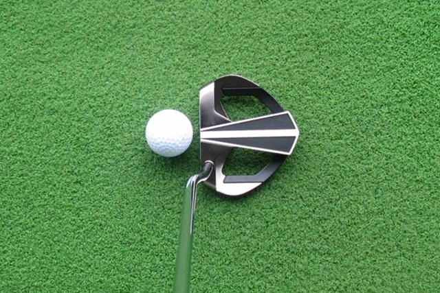 アライメント部分は、フェース面に近づくにつれて細くなっており、ボールを芯で射抜くイメージが持てる