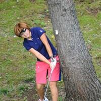 朝一のスタートでした。ティーショットがチーピンでした。2打目はこんな所から・・・。ああ、有希ちゃん101位タイ。残念・・・。 2011年 日医工女子オープンゴルフトーナメント 初日 櫻井有希