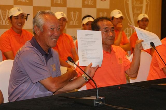 2011年 ミリオンヤードカップ 事前 青木功  決戦を前に日韓両キャプテンが互いにサインをした用紙を掲げてがっちり握手
