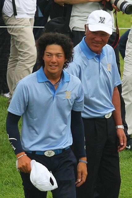 最終日にして今大会初勝利を挙げた石川遼。青木功キャプテンも労をねぎらう