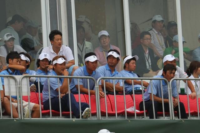 韓国チームの勝利を18番グリーンサイドのスタンドから見つめた日本選抜メンバーたち