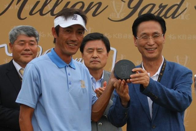 2011年 韓日プロゴルフ対抗戦 ミリオンヤードカップ 最終日 河井博大 チームを代表して準優勝杯を授与した河井博大。「なんでオレが…?」と最後まで緊張の連続でした