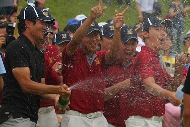 最終18番グリーンで韓国チームは勝利の美酒に酔った