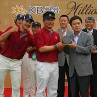 優勝盾を手にするY.E.ヤン。ホン・スンサンが割り込んでピース 2011年 韓日プロゴルフ対抗戦 ミリオンヤードカップ 最終日 Y.E.ヤン