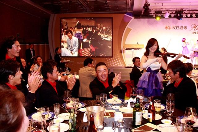 「韓日プロゴルフ対抗戦 ミリオンヤードカップ」前夜祭の一コマ。このイベントで一層、団結力が強まった!?