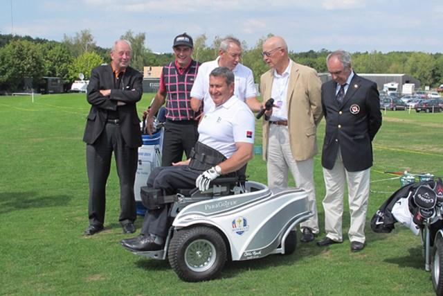 「アルストム・オープン・ド・フランス」の会場に集まった、フランス障害者ゴルフ協会の会員たち