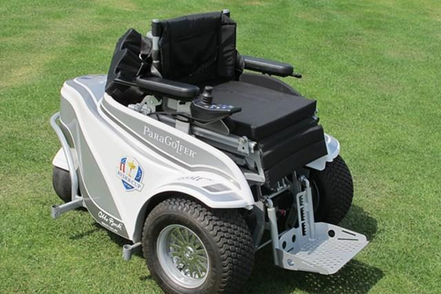 車いすに乗る障害者ゴルファーのために作られた「パラゴルファー」